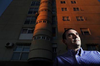 Gabriel Blanco, hombre inscrito en un fichero de morosos, la semana pasada, frente a su casa de Fuenlabrada (Madrid)