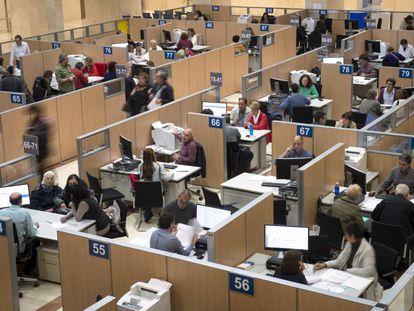 Empleados en una delegación de la Agencia Tributaria en Madrid