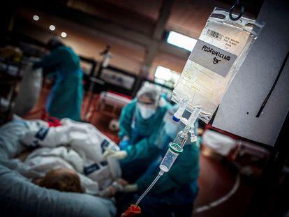 Auxiliares del hospital de Aranda de Duero (Burgos) atienden a un paciente con coronavirus.
