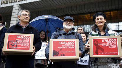 Miembros de asociaciones contra el cáncer entregan dos millones de firmas en el Ministerio de Sanidad.