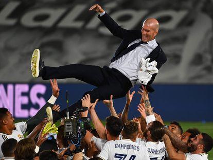 Los jugadores del Real Madrid mantean a Zidane esta noche tras lograr LaLiga en el estadio Alfredo Di Stéfano.