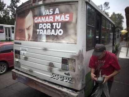 Propaganda del PRI, en un autobús en la capital mexicana.