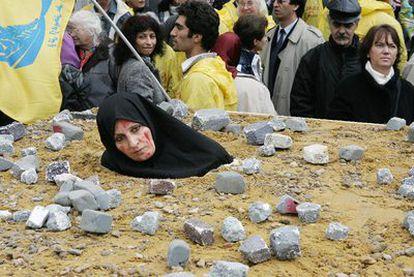 Una mujer iraní recrea una lapidación en Bruselas en noviembre 2006.