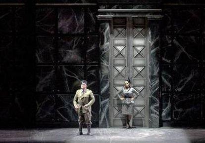Lady Macbeth (Ciara Taigi) pide a su marido que asesine al rey Duncan.