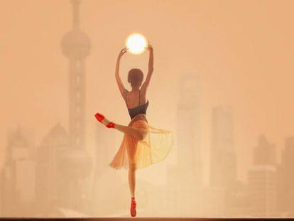 La Asociación Nacional de Fotógrafos de China (CPA) presenta en la Fundación Pons (Serrano, 138; hasta el 14 de enero) la exposición 'La mujer moderna en China'. Está formada por 40 imágenes, seleccionadas entre el trabajo de los más de 21.000 miembros de la CPA, donde colaboran 60 asociaciones fotográficas de todo el país. En la imagen, 'Abrazando el Sol', de Hu Guoqing.