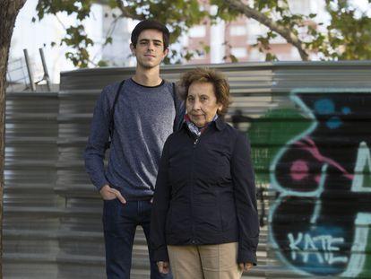 Araceli Luque, jubilada, y Roberto Martín, camarero, luchan por los derechos de los sordos.