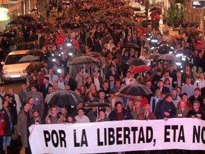 Manifestación en Vitoria contra ETA, tras el asesinato de Casado, en 2000.