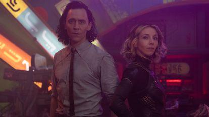 Tom Hiddleston y Sophia Di Martino en un  fotograma de la serie 'Loki'.