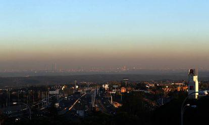 Vista de la nube de contaminación sobre Madrid desde Torrelodones.