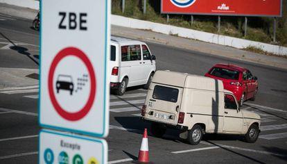 Un coche contaminante pasa por delante de un indicador de la ZBE en L'Hospitalet de Llobregat, la semana pasada.