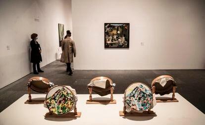 Sala 427 del Reina Sofía, este viernes, con la obra 'De profesión: sus labores' (1972-1974), de Isabel Oliver.