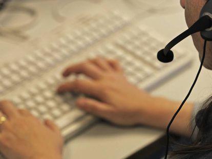 Trabajadora de un servicio de atención telefónica.