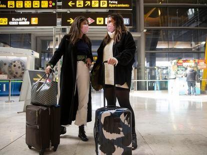 Eden y Diane de 19 años estudiantes de la Sorbona de Paris vienen a Madrid a pasar el fin de semana. / R. G.