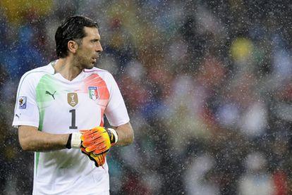 Buffon, durante en partido ante Paraguay