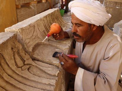 El rais (jefe de los trabajadores) Alí Faruk, consolidando uno de los relieves del templo de Ptolomeo hallados en Sharuna.