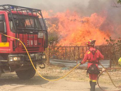 Efectivos de la UME intervienen en el incendio en la Sierra de Gredos (Ávila), este domingo.