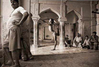 Un practicante de yoga en natarajasana (postura de la danza), en Benarés, una ciudad situada a orillas del río Ganges, en febrero de 2009.