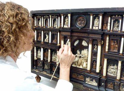 Una técnico trabaja en la restauración del escritorio del Museo de Bellas Artes.