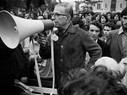 Jean-Paul Sartre sujeta un megáfono en una manifestación contra el racismo, el 13 de mayo de 1971.