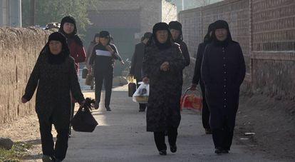 Un grupo de mujeres de la etnia Salar se dirige hacia la mezquita en Xunhua, Qinghai (China).