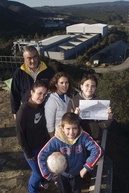Miguel Pulgarín, el presidente de la asociación de empresarios de Fuente Obejuna; Jessica y Melissa, de 18 años; Miguel, de 14, y Alfonso, de 8, posan frente al cementerio nuclear de El Cabril.