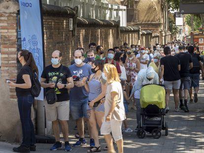 Larga cola delante del Hospital de Sant Pau de Barcelona para vacunarse contra la covid.