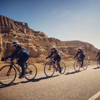 Un grupo de ciclistas afganas durante un entrenamiento en su país antes de la llegada de los talibanes.