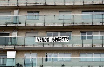 Un cartel anuncia la venta de una vivienda en un inmueble de Valencia.