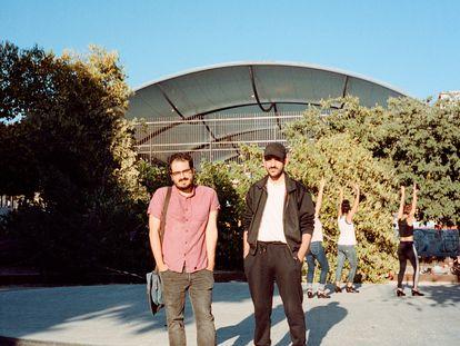 Elías e Ignacio posan para ICON tímidos y con las manos en los bolsillos mientras a sus espaldas se desata una animada coreografía.