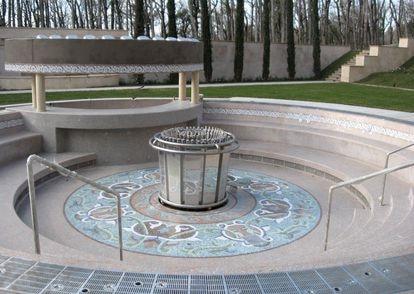 Una de las fuentes, supuestamente destinada a ser una piscina discoteca, fotografiada por Shevchenko y que se ha convertido en uno de los símbolos del lujo del palacio.