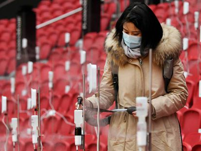 Una participante en el experimento rellena el depósito de un dispensador de aerosoles en el estadio Johan Cruijff de Ámsterdam.