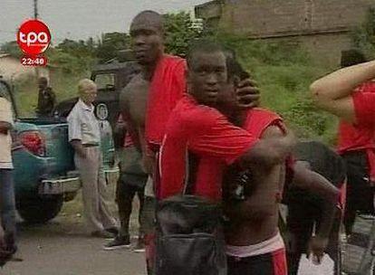 Imágenes captadas de la televisión de Angola, en la que se ve a los jugadores tras el ataque de su autobús.