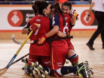 Jugadoras de la selección española femenina de hockey patines se abrazan en el Mundial.