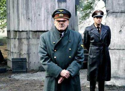Fotograma del filme <i>El hundimiento</i>. Bruno Ganz interpreta a Hitler, y Heino Ferch (segundo plano), a Albert Speer.