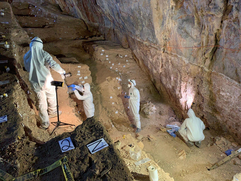 Los arqueólogos, en la cueva del Estado de Zacatecas donde se han hallado los restos de útiles humanos más antiguos.