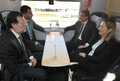 El Príncipe junto al presidente del Gobierno, Mariano Rajoy; la ministra de Fomento, Ana Pastor, y el presidente de la Generalitat de Cataluña, Artur Mas durante el viaje inaugural del AVE Barcelona-Girona-Figueres.