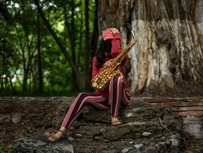 María Elena Ríos posa con su saxofón en un parque en Santo Domingo Tonalá, Oaxaca.