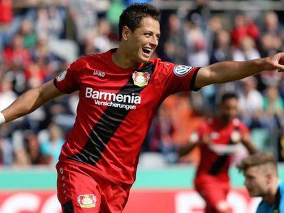 Chicharito durante un partido con el Bayer Leverkusen