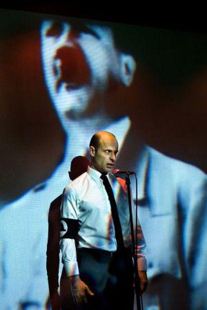 Eduard Farelo, en una escena de 'La ola' en el Lliure.