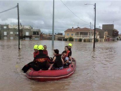 Miembros de la UME ayudan en las labores de rescate de Orihuela tras las inundaciones provocadas por la gota fría.