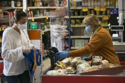 Una clienta realiza un pago con tarjeta en un supermercado de Madrid.