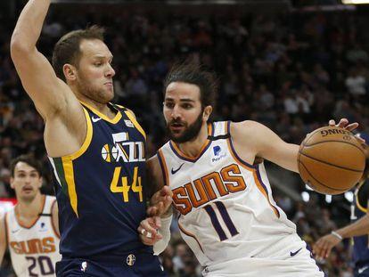 Ricky Rubio (i), defendido por Bojan Bogdanovic, de Utah Jazz.