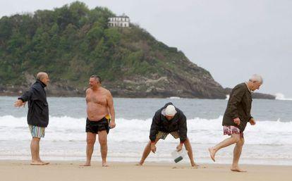 Un grupo de jubilados en la playa de la Concha (San Sebastián)