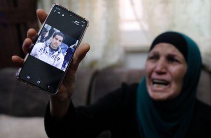La madre de Iyad Hallak muestra este sábado una imagen de su hijo en el móvil.