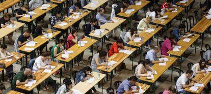 Opositores en un examen en Galicia, el pasado julio.