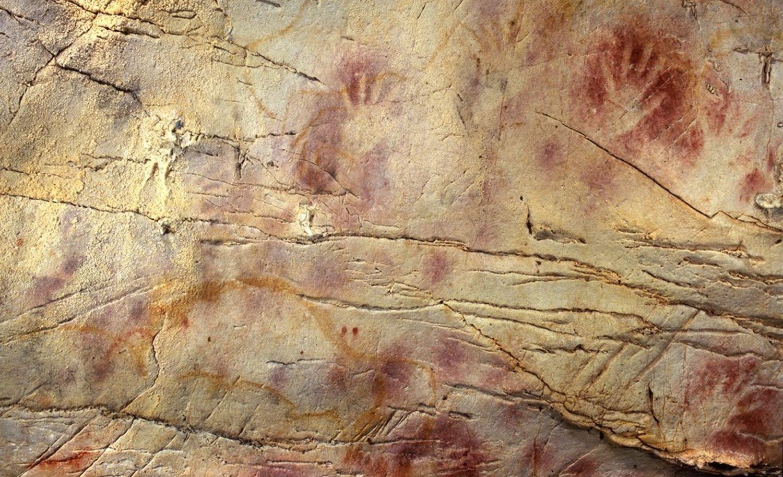 Estas manos pintadas en la cueva El Castillo, en Cantabria, son las pinturas rupestres más antiguas de Europa y se hicieron tras el evento Laschamps.