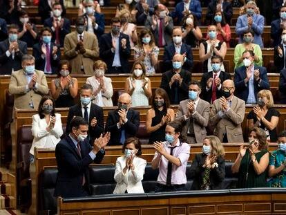 El presidente del Gobierno, Pedro Sánchez, es aplaudido por la bancada socialista a su llegada a una sesión plenaria en el Congreso, en Madrid este miércoles.