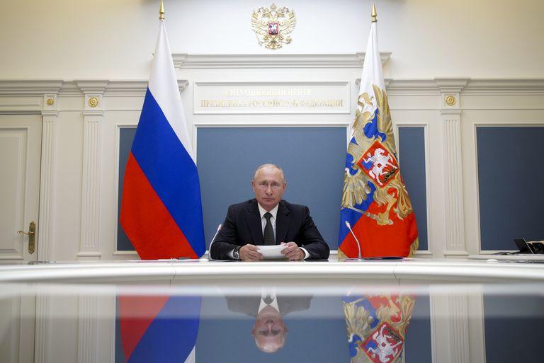 Vladimir Putin, en una videollamada con el ministro de Defensa, Sergei Shoigu, este martes en Moscú.