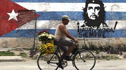 Un hombre pasa en bicicleta frente a un mural del Che en La Habana, en 2010.