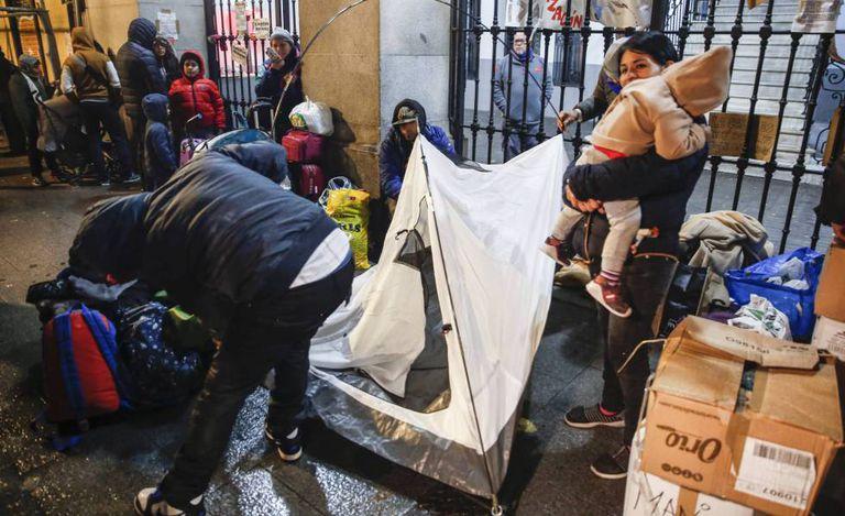 Familias con niños demandantes de asilo el pasado 26 de noviembre frente al Samur Social, en Madrid.